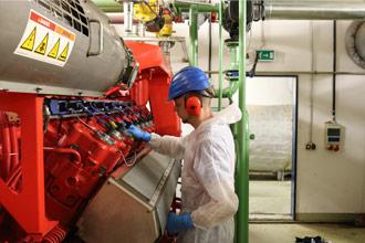 Bei der Industriereinigung reinigen wir Glas, Maschinen, Boden, etc.